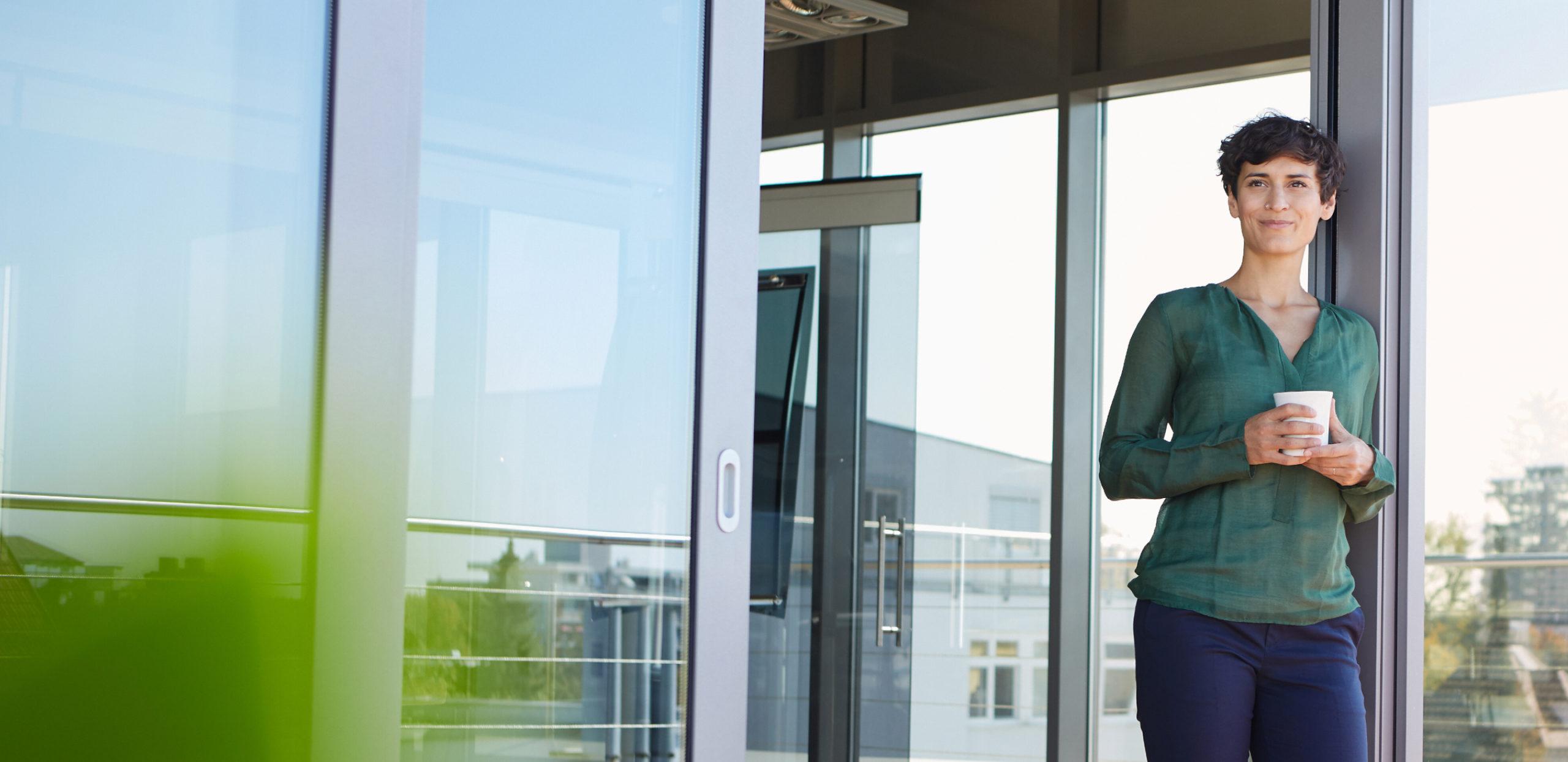 BNP Paribas Macstone Übersicht Frau mit Kaffee im Bürogebäude